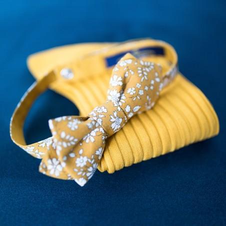 nœud papillon jaune moutarde liberty et ces  chaussettes fil d'écosse